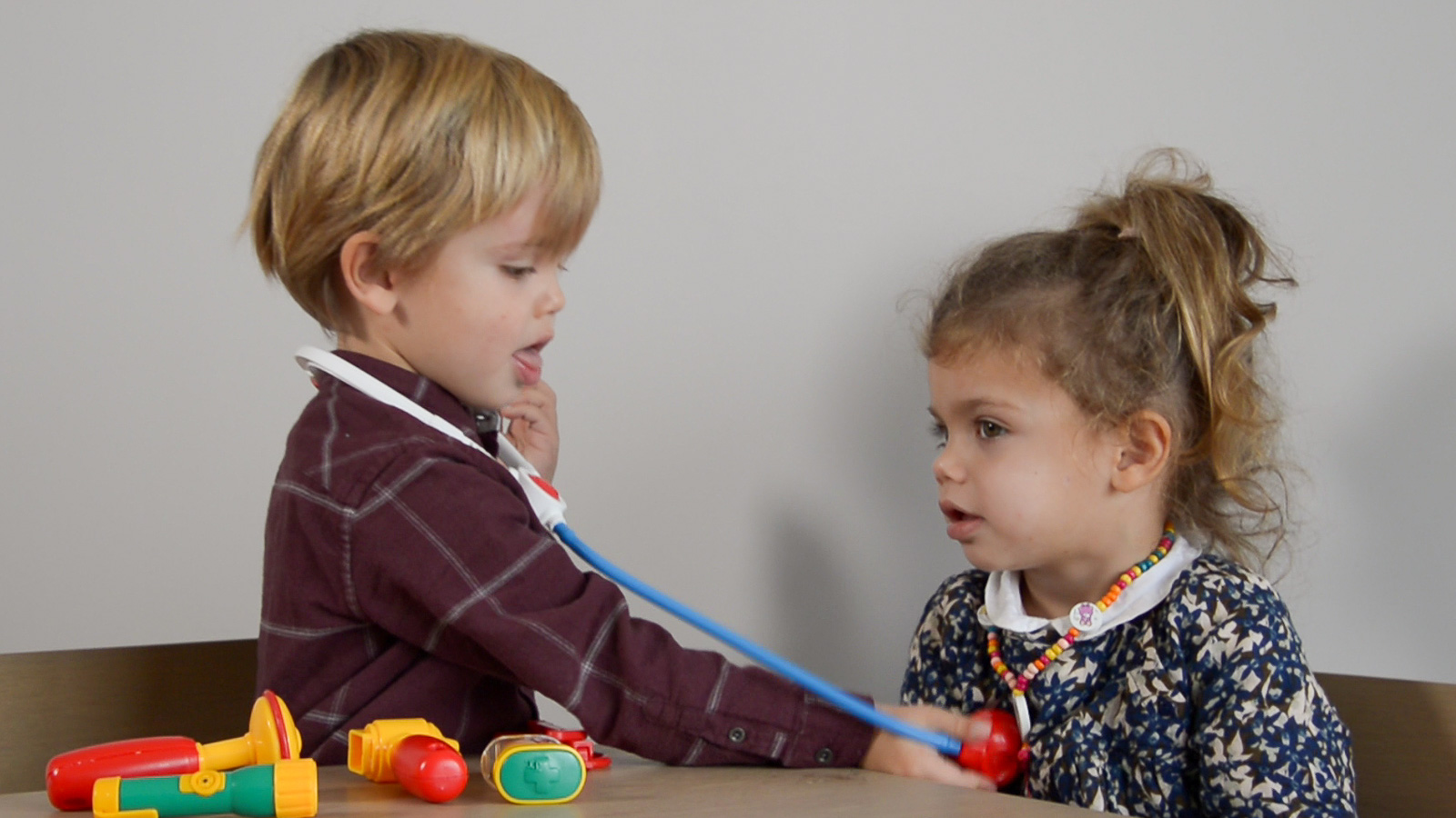l'enfant joue au docteur