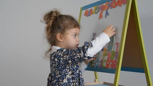 L'enfant fait semblant d'écrire